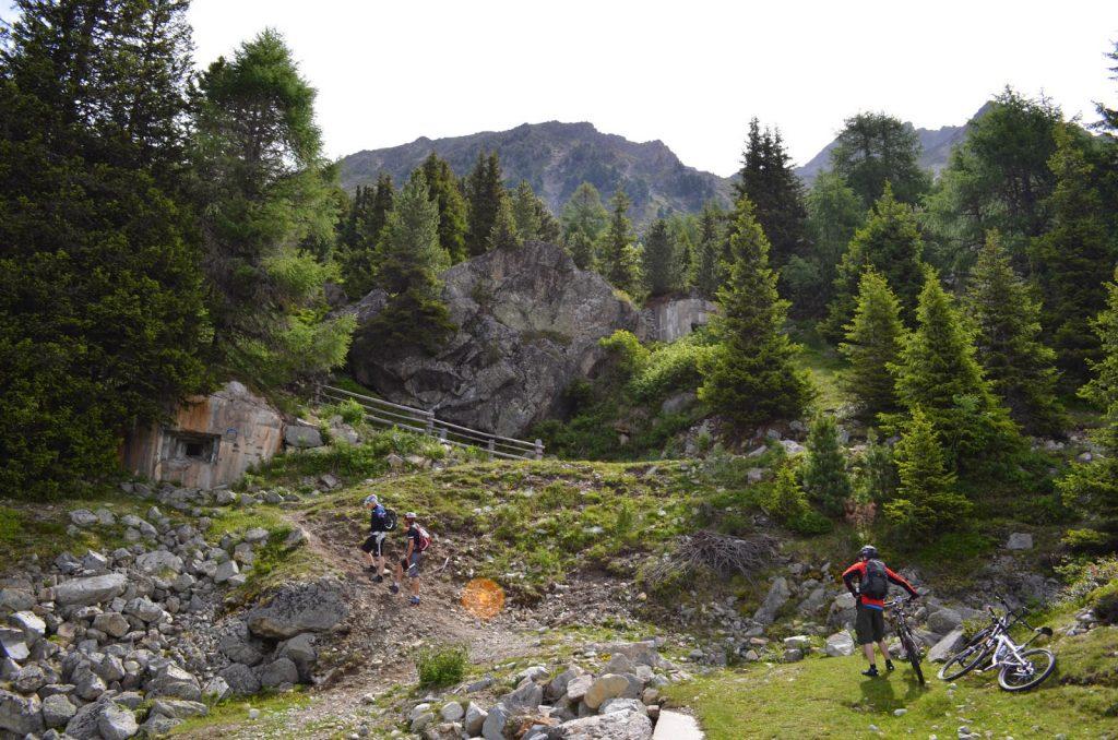 Mountainbiker besuchen Grenzbunker am Berg