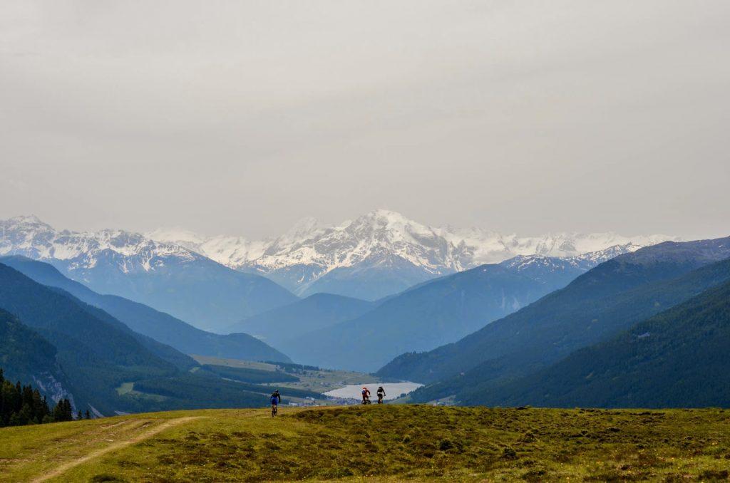 Mountainbiker und Ausblick auf den Berg Ortler
