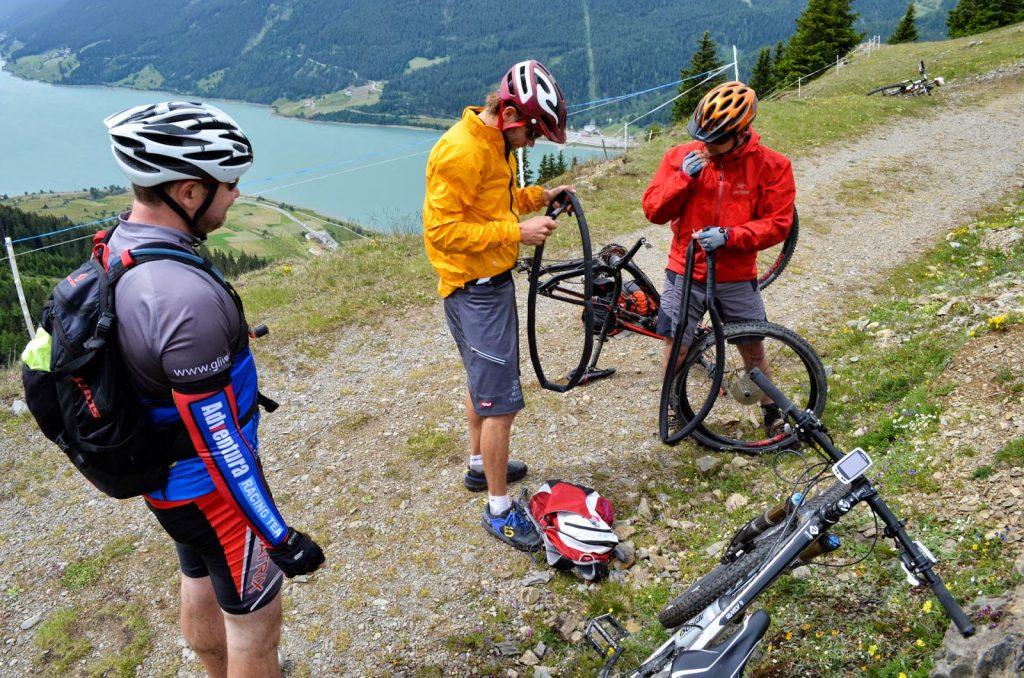 Mountainbiker wechseln Fahrradschläuche