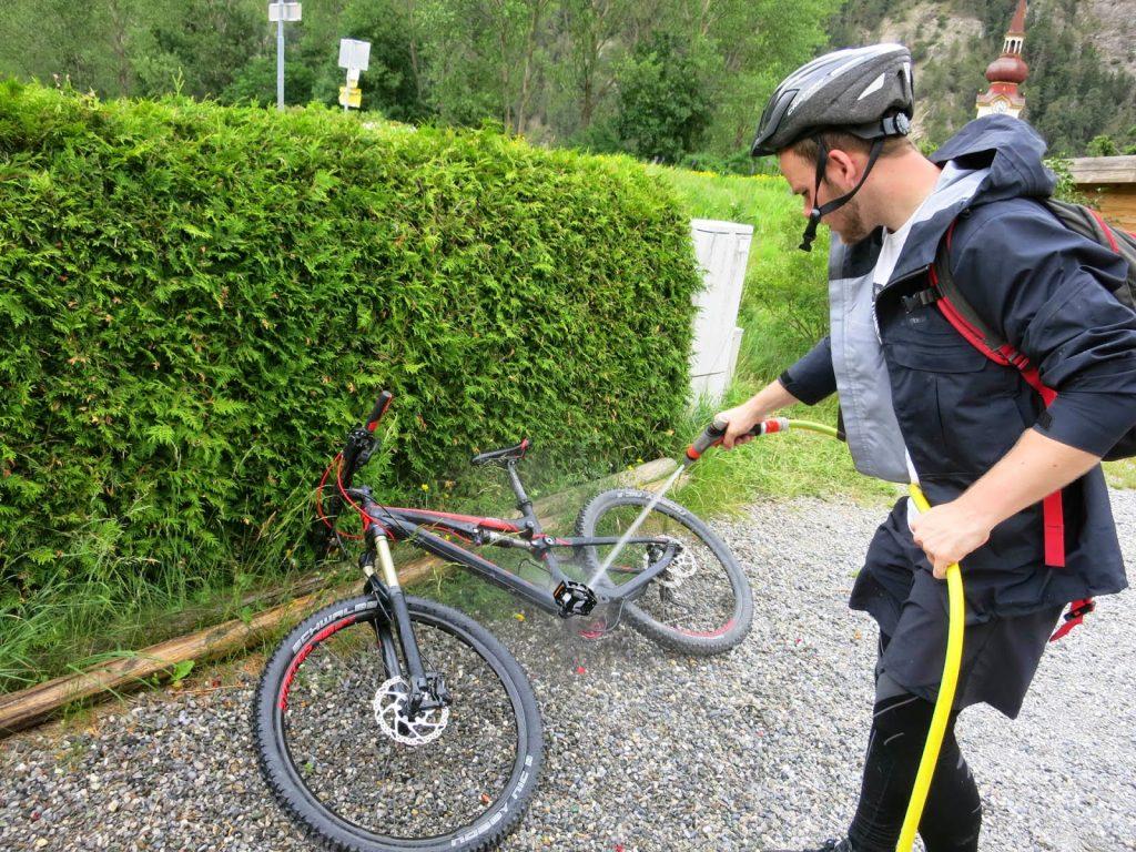 Oli wäscht sein Mountainbike